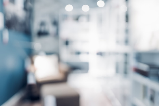 Sfocatura poltrona nel soggiorno a casa blu moderna