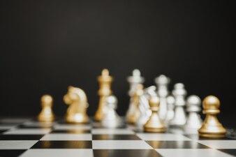 Sfocatura scacchi argento e oro sulla scacchiera con copia spazio.