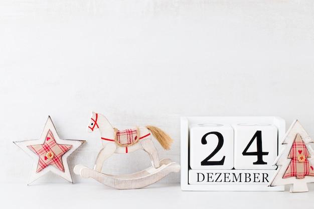Sfondi di natale. calendario di natale, 24 dicembre su sfondo grigio.