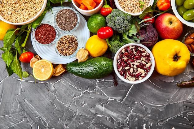 Sfondo alimentare bilanciato, alimenti biologici per un'alimentazione sana, potenziatore immunitario del coronavirus