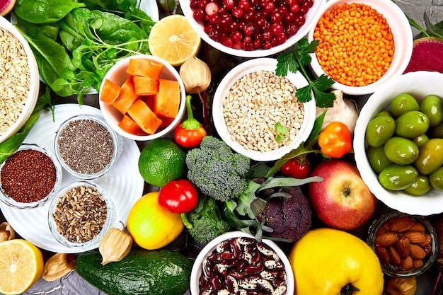 Sfondo alimentare bilanciato, alimenti biologici per un'alimentazione sana.
