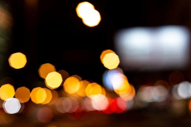 Sfondo astratto bokeh sfocato di luci di traffico e città