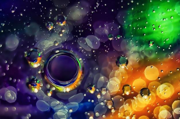 Sfondo astratto cerchi multicolore su uno sfondo sfocato.