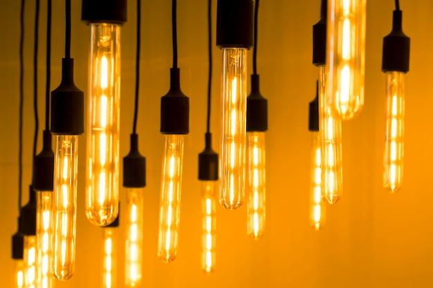 Sfondo astratto con molte lampade, la luce.