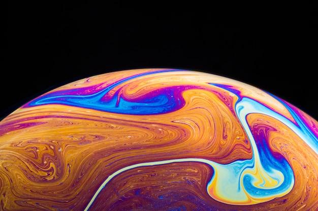 Sfondo astratto con sfera arancione e viola brillante