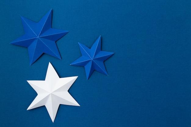 Sfondo astratto con stelle di carta origami colorati. vacanza, celebrazione, compleanno, cartolina d'auguri, invito, concetto fai da te
