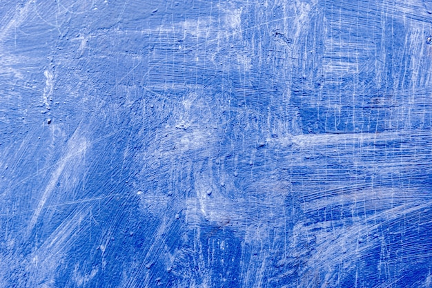 Sfondo astratto con tratti strutturati di vernice blu sulla superficie in legno