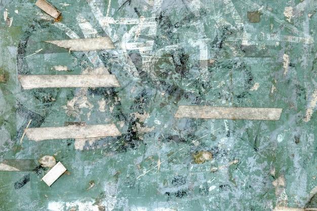 Sfondo astratto dalla parete colorata con nastro adesivo strappato.
