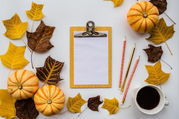 Sfondo autunnale con foglie e un quaderno