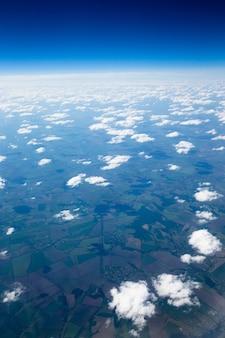 Sfondo azzurro del cielo con nuvole minuscole