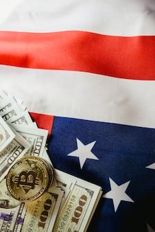 Sfondo bandiera americana e due veri bitcoin, nuova economia su internet.