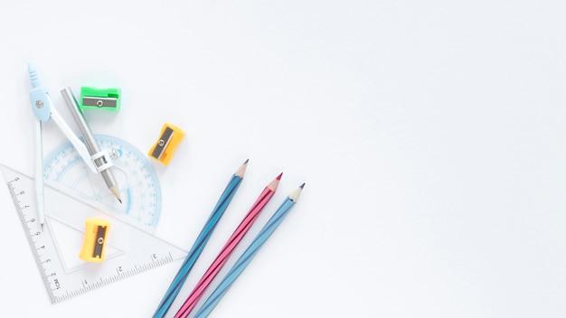 Sfondo bianco copia spazio con matite colorate e righelli