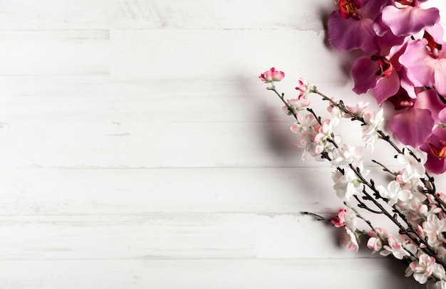 Sfondo bianco in legno con bellissimi fiori