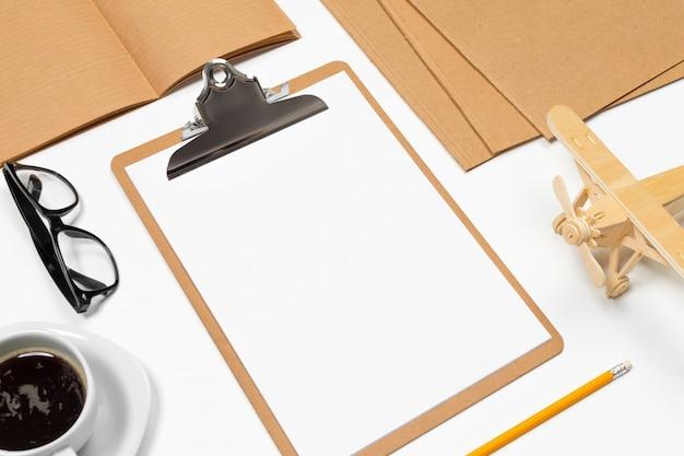 Sfondo bianco scrivania con copia spazio per il testo. vista dall'alto.