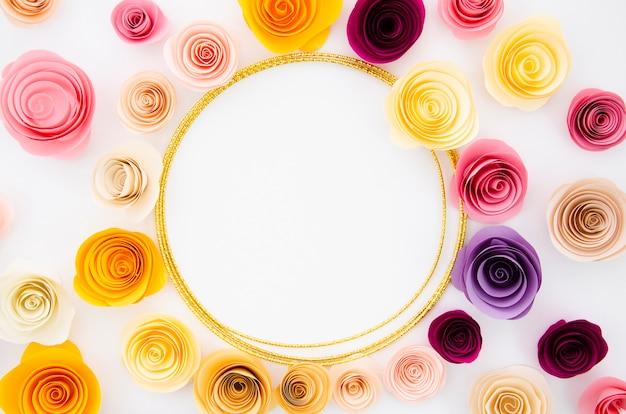 Sfondo bianco vista dall'alto con cornice rotonda fiori di carta