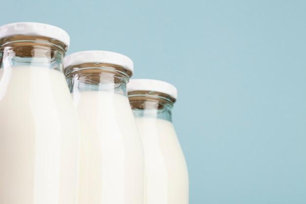 Sfondo blu con bottiglie di latte