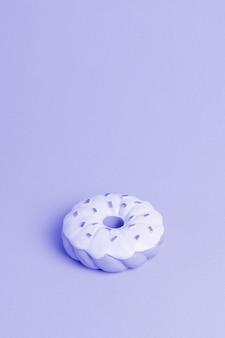 Sfondo blu con ciambella isometrica