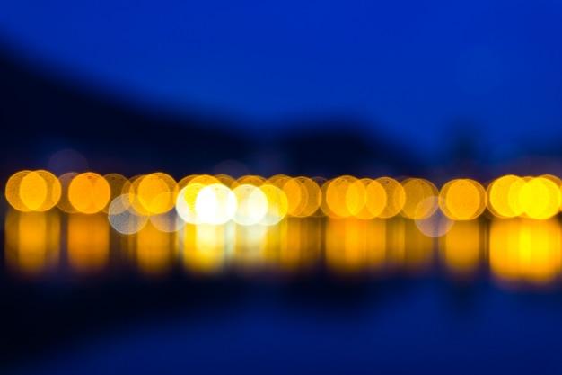 Sfondo blu scuro con luci gialle sfocate