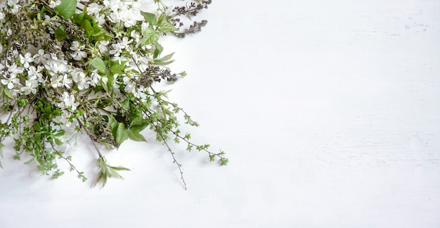 Sfondo chiaro in legno con belle fioriture primaverili.