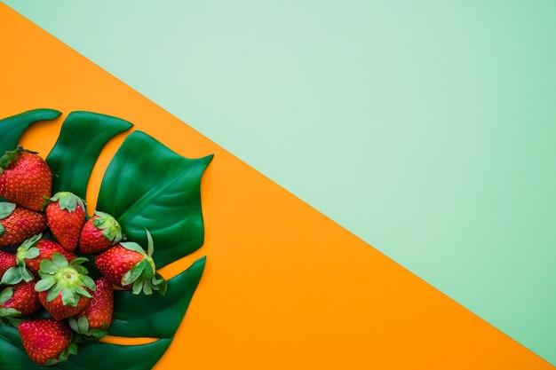 Sfondo colorato con deliziose fragole