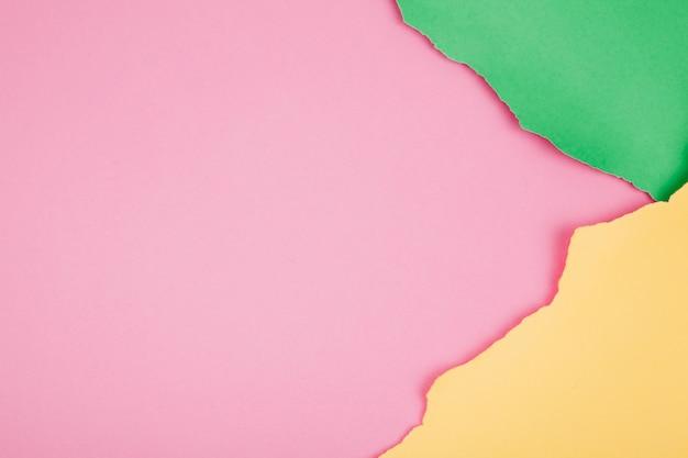 Sfondo colorato di carte strappate