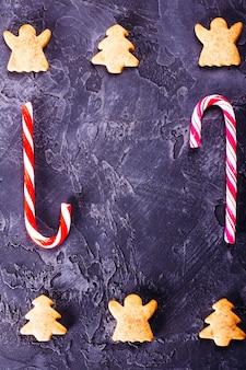 Sfondo con biscotti allo zenzero e caramelle