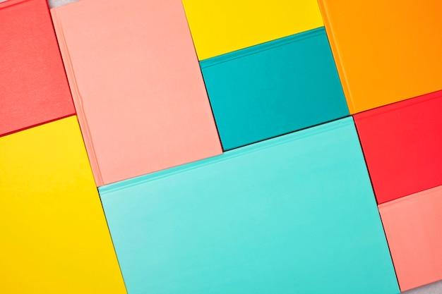 Sfondo con copertine di libri colorati vuoti. mockup, copia spazio. studio, lettura, concetto di cultura