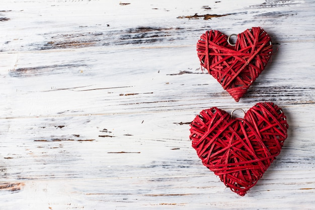 Sfondo con cuori, san valentino. san valentino. amore. cuori di vimini. posto per il testo sfondo copia spazio