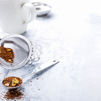 Sfondo con diversi tipi di foglie di tè
