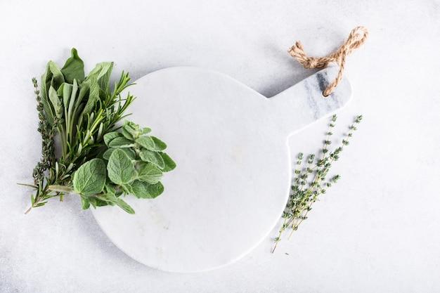 Sfondo con erbe fresche