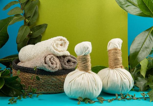 Sfondo con gren foglie fresche ande piante e zero utils bagno rifiuti