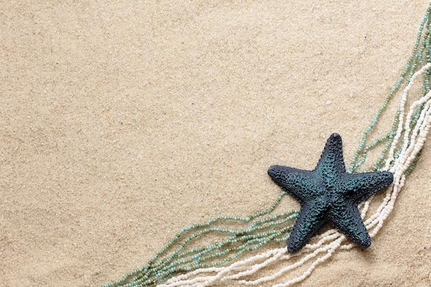 Sfondo con pesce di mare blu e perline per biglietto di auguri