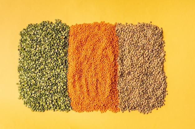 Sfondo con semi di lenticchie della pianta annuale di legumi, sono ricchi di proteine vegetali.