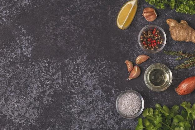 Sfondo con spezie, erbe aromatiche e olio d'oliva.