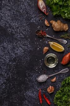 Sfondo con spezie, erbe e olio d'oliva.