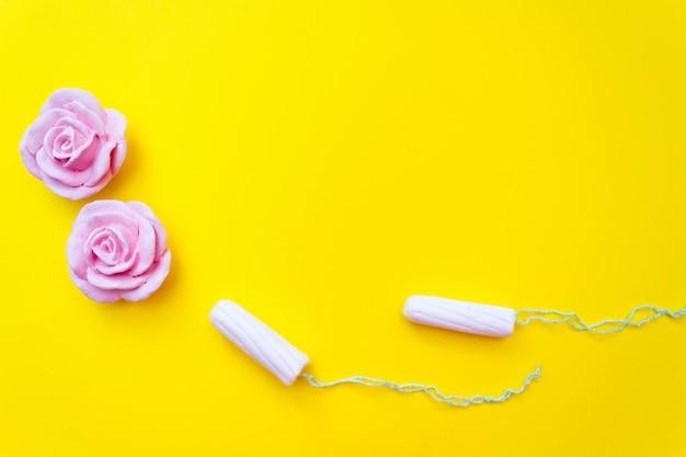 Sfondo concetto mestruale. igiene femminile. tamponi di cotone.