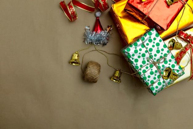 Sfondo confezione regalo di natale. celebrazione di natale con il regalo che dà concetto, spazio della copia su priorità bassa marrone