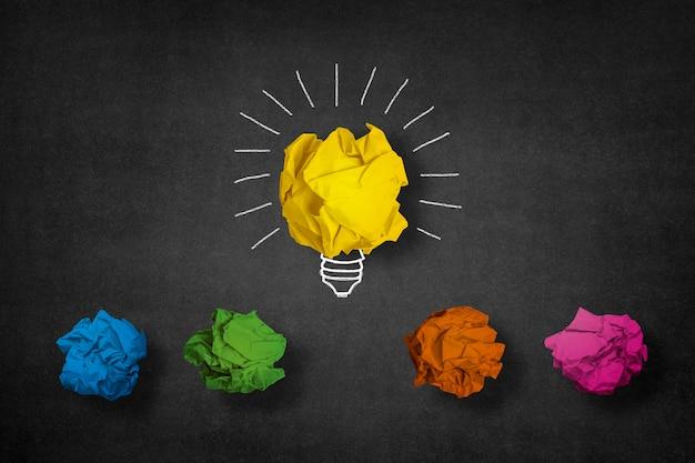 Sfondo creativo con le palle di carta colorata
