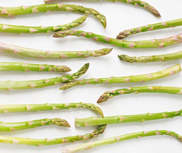 Sfondo da isolato su sfondo bianco asparagi. vista dall'alto