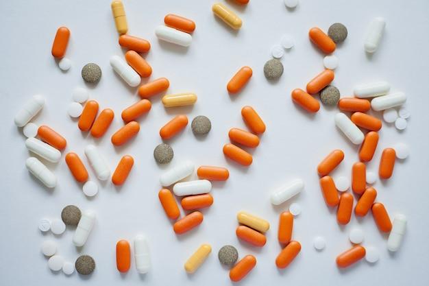 Sfondo dalla vista dall'alto di pillole multicolori