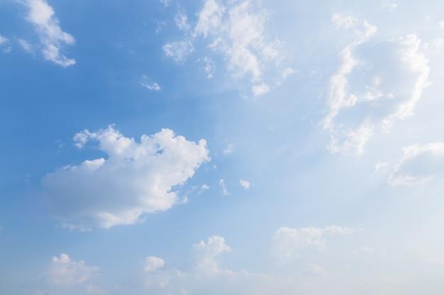 Sfondo del cielo, nuvole e luce del sole