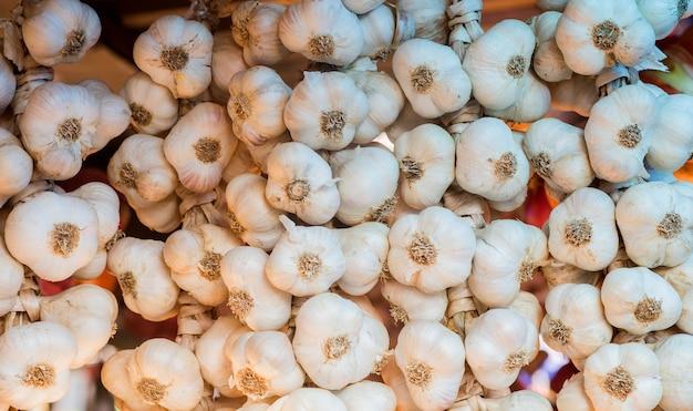 Sfondo di aglio. close up di aglio sul mercato stand