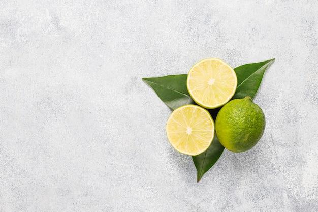 Sfondo di agrumi con agrumi freschi assortiti, limone