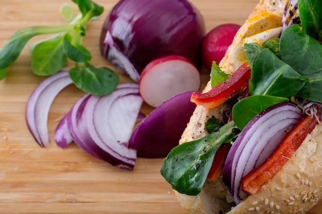 Sfondo di alimenti biologici con sandsandwich. fotografia dell'alimento con il panino sul contesto di legno scuro.