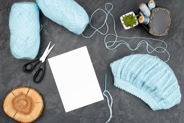 Sfondo di ardesia con lana blu