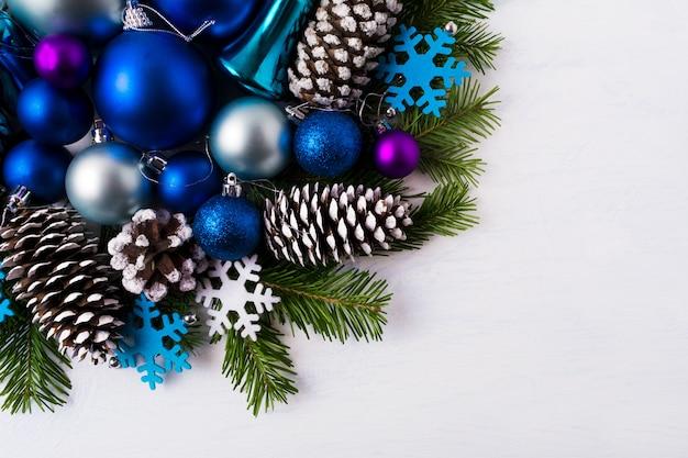 Sfondo di auguri di natale con fiocchi di neve in feltro blu e bianco