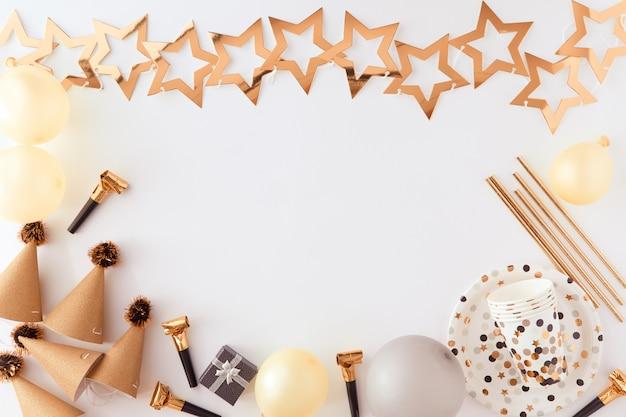Sfondo di buon compleanno e regalo con decorazioni in oro, palloncini e coriandoli