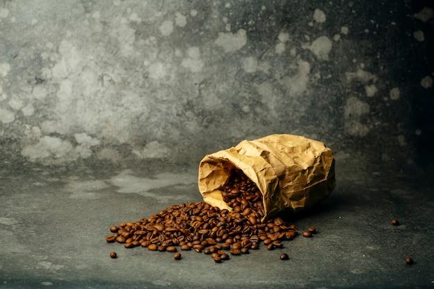 Sfondo di caffè. chicchi di caffè tostati su uno sfondo scuro. banner di caffè per menu, design e decorazione