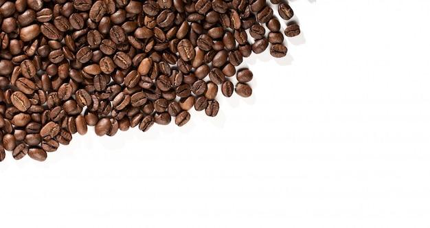 Sfondo di caffè o concetto di trama. chicchi di caffè su una priorità bassa bianca con il posto per testo.