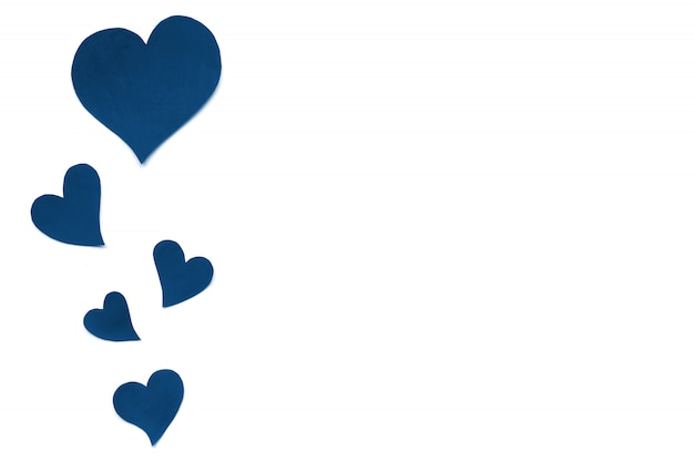 Sfondo di carta di san valentino, cuori carino blu classico fatto di carta. sfondo bianco con cuori in carta tagliata in diverse dimensioni. san valentino romantico. copyspace